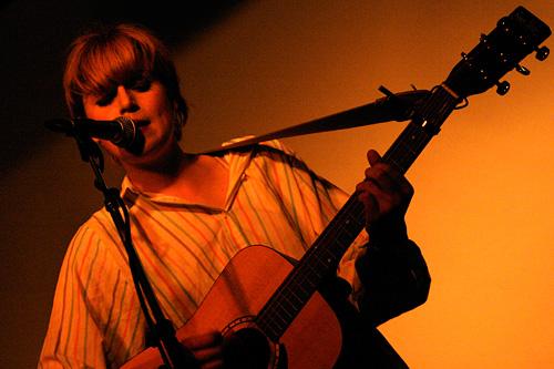 2004-10-01 - El Perro Del Mar spelar på Bommens Salonger, Göteborg
