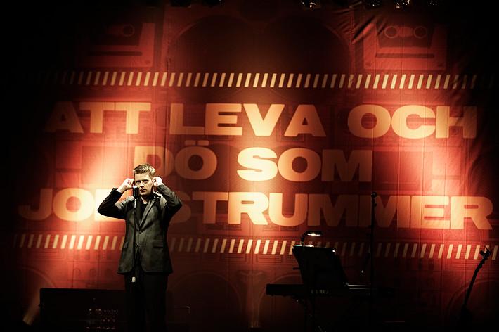 """2010-10-23 - """"Att leva och dö som Joe Strummer"""" med Marcus Birro & Wayne Hussey spelar på Södra Teatern, Stockholm"""