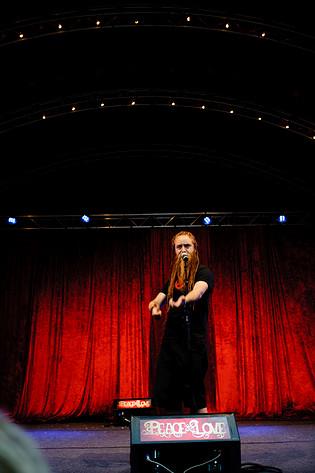 2011-07-02 - Spoken Word Allstars Oskar Hanska, Olivia Bergdahl, Kung Henry spelar på Peace & Love, Borlänge